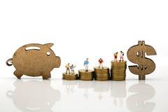 Miniatuurmensen: Student en Kinderen met teken van dollar en Stock Fotografie