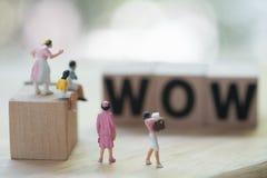 Miniatuurmensen: Vrouwen het zoeken koopt goederen of koopwaar tijdens grote verkoop royalty-vrije stock foto's