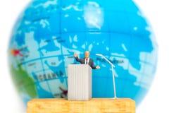 Miniatuurmensen: Zakenman die op het podium spreken Stock Fotografie