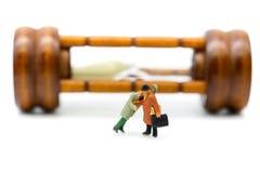 Miniatuurmensen: Zakenman ongeveer om zijn vriend, zaken neer te steken royalty-vrije stock afbeelding