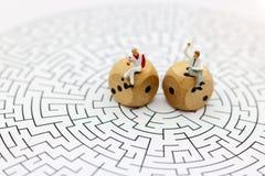 Miniatuurmensen: Zakenmanlezing op centrum van labyrint Concept royalty-vrije stock foto