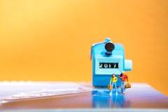 Miniatuurmensenminnaar op reis Royalty-vrije Stock Afbeelding