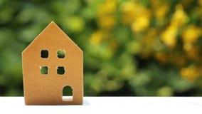 Miniatuurmodel van huis met bloem stock footage
