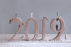 Miniatuurrotsklimmers die de houten blokken van 2019 schrapen stock foto's