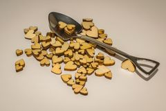Miniatuurschop en houten harten Stock Foto's