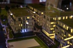 Miniatuurstad met de flatgebouwbouw stock fotografie