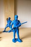 Miniatuurstuk speelgoed militair op houten achtergrond royalty-vrije stock foto