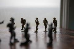 miniatuurstuk speelgoed militairen en tank aan boord Sluit beeld van stuk speelgoed omhoog militair bij oorlog Stock Afbeeldingen