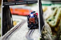 Miniatuurstuk speelgoed modeltreinlocomotieven op vertoning Stock Foto's