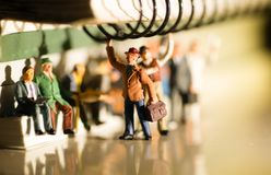Miniatuurstuk speelgoed van mensen die van het werk aangaande een openbaar vervoerconcept reizen royalty-vrije stock afbeeldingen