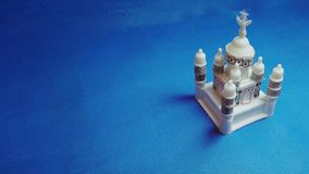 Miniatuurtaj mahal op blauwe achtergrond royalty-vrije stock foto's