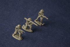 Miniatuurtoy soldiers Plastic stuk speelgoed militaire mensen bij oorlog stock afbeelding