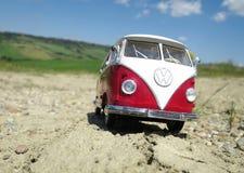 Miniatuurvw Bulli 1962 op de landelijke weg Stock Afbeeldingen