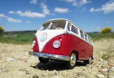 Miniatuurvw Bulli 1962 op de landelijke weg Royalty-vrije Stock Foto