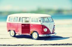 Miniatuurvw Bulli 1962 op de landelijke weg Stock Afbeelding