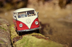 Miniatuurvw Bulli 1962 op de landelijke weg Royalty-vrije Stock Fotografie
