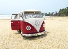 Miniatuurvw Bulli 1962 op het strand Stock Afbeelding
