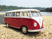 Miniatuurvw Bulli 1962 op het strand Stock Fotografie