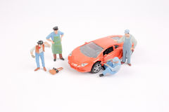 Miniatuurwerktuigkundigen die aan een auto werken Royalty-vrije Stock Foto