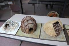 Miniatuurwigwammen bij getoond bij het Fort Oud Museum stock foto