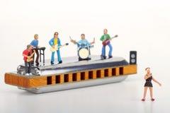 Miniatyr av en rockband som spelar på munspelet Royaltyfria Bilder