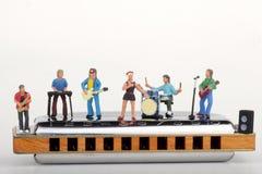 Miniatyr av en rockband som spelar på munspelet Royaltyfri Fotografi