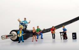 Miniatyr av en rockband som spelar på munspelet Royaltyfri Foto