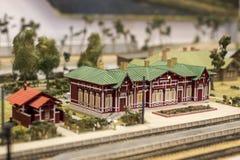 Miniatyr av järnvägsstationen Modell av den retro järnvägstationen Royaltyfri Foto