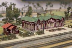 Miniatyr av järnvägsstationen Modell av den retro järnvägstationen Arkivfoton