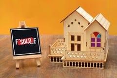 Miniatyr för hus 3D med det sålda svart tavlatecknet Royaltyfria Bilder