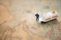 Miniatyr och kryssningar med worldmap genom att använda som bakgrund Arkivfoto