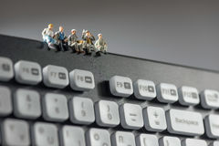 Miniatyrarbetare som överst sitter av tangentbordet begrepp isolerad teknologiwhite Royaltyfria Foton