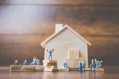 Miniatyrarbetarlagbyggande ett trähus Royaltyfria Foton