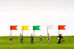 Miniatyrdiagramet av businessmans och mång--färg sjunker på gå royaltyfri bild