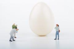 Miniatyrer av fotografer och ägget arkivbild