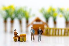 Miniatyrfolk: Affärsmän arbetar med laget, genom att använda som bakgrundsval av bästa anpassad anställd, timme, HRM, HRD, jobbre royaltyfri foto