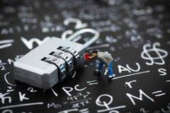 Miniatyrfolk: Affärsman- och huvudnyckelkodning Avbilda bruk för bakgrundssäkerhetssystemet, hackan, affärsidé royaltyfri foto