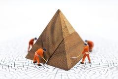 Miniatyrfolk: Arbetare reparerar som fixar affärsvinster, grafen, bruksbilden för illustrationer, problemlösning, affär arkivbilder