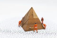 Miniatyrfolk: Arbetare reparerar som fixar affärsvinster, grafen, bruksbilden för illustrationer, problemlösning, affär royaltyfri bild
