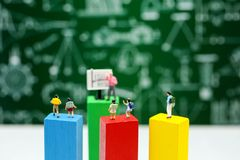 Miniatyrfolk: barn som studerar med läraren som använder för conc royaltyfri fotografi
