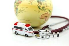 Miniatyrfolk: Doktor och person med paramedicinsk utbildning som in deltar i till patienten Arkivfoto