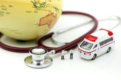 Miniatyrfolk: Doktor och person med paramedicinsk utbildning som in deltar i till patienten Royaltyfri Foto