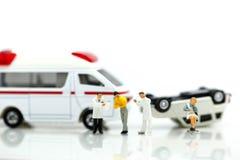 Miniatyrfolk: Doktor och person med paramedicinsk utbildning som in deltar i till patienten Royaltyfria Foton