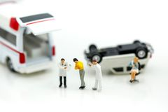 Miniatyrfolk: Doktor och person med paramedicinsk utbildning som in deltar i till patienten Royaltyfri Fotografi