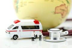 Miniatyrfolk: Doktor och person med paramedicinsk utbildning som in deltar i till patienten Fotografering för Bildbyråer