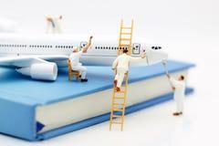 Miniatyrfolk: Flygplan för målning för arbetarlagborste arkivfoto