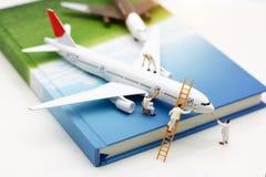 Miniatyrfolk: Flygplan för målning för arbetarlagborste royaltyfri bild