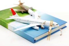 Miniatyrfolk: Flygplan för målning för arbetarlagborste Begrepp royaltyfri bild