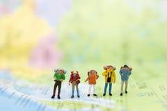 Miniatyrfolk: handelsresande som går på översikten Van vid lopp till destinationer på begrepp för loppaffärsbakgrund fotografering för bildbyråer