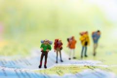 Miniatyrfolk: handelsresande som går på det thailändska språket för översikt Van vid lopp till destinationer på begrepp för loppa royaltyfri foto